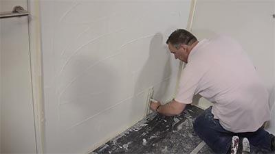 Apposez le plâtre sur le mur