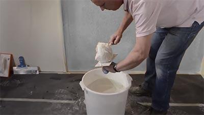 Transférez le plâtre d'une truelle
