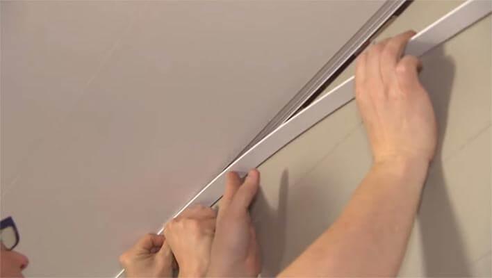 Fixer de moulure dans le profilé en PVC.