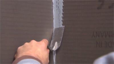 Etendez le mastic avec un couteau à enduire.