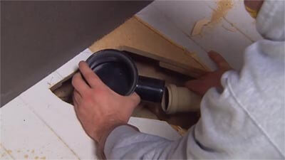 Sciez le receveur de douche et branchez au tuyau d'écoulement.