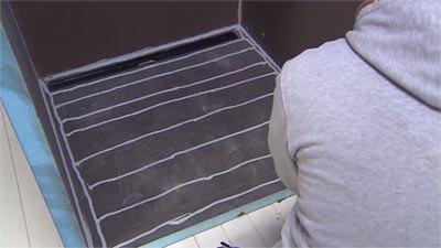 Apposez la colle Wedi 610 sur le receveur de douche.