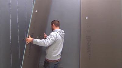 Placez la plaque de construction contre le mur