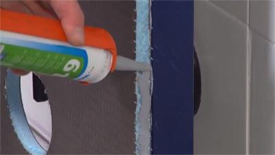 Apposez le mastic sur la face latérale de Wedi I-Board.