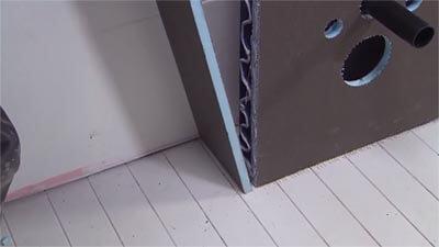 Placez les plaques latérales contre la structure.